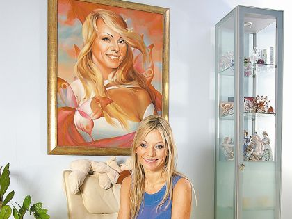 Ирина Салтыкова рядом со своим портретом