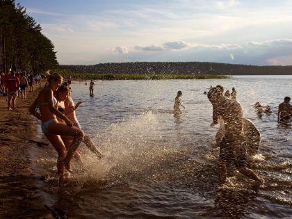 Дети на озере Селигер
