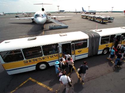 В Шереметьево сгорел пассажирский автобус
