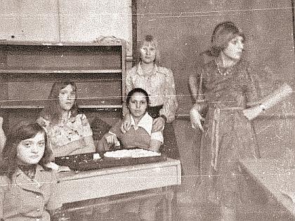 Жанна Агузарова (справа) в школе