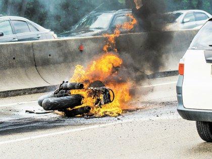 Водителям авто и мотоциклистам сложно ужиться на одной дороге – это факт