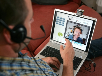 Люди разговаривают по Skype