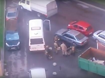 Силовики проводят спецоперацию у дома в Санкт-Петербурге