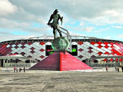 Статуя гладиатора перед входом на стадион