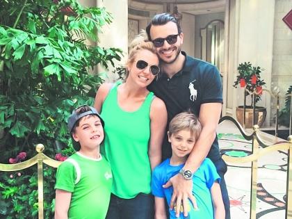 Бритни с детьми и новым женихом