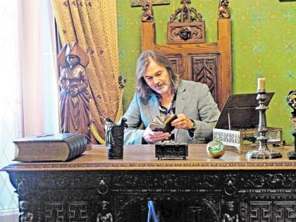 Никас Сафронов за столом Наполеона Бонапарта