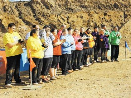 Суть конкурса в карьере в том, что члены каждой команды по одному должны добежать до песочной кучи и оттуда взять по одному мешку весом пять килограммов