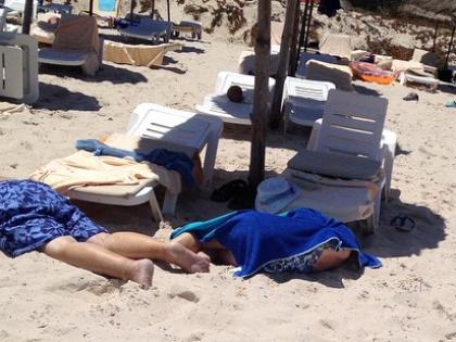 В результате стрельбы на пляже в Сусе погибли 38 человек, в том числе одна россиянка