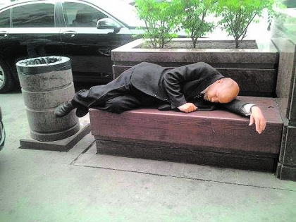 Как объяснить иностранцу, почему Ленин лежит не в мавзолее, а на скамейке? А если он двойник, то от чего устал?...