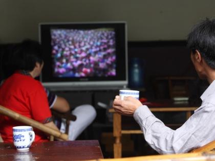 Мужчины смотрят телевизор