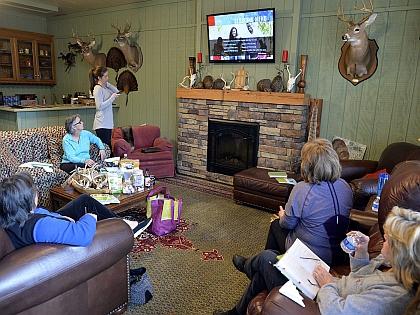 Люди смотрят телевизор