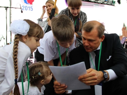 Самые читающие школьники страны на Красной площади с главным почтовиком страны