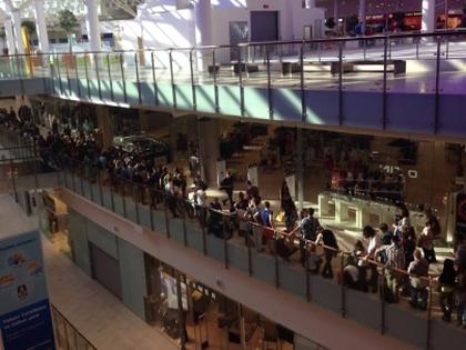 Фанаты «Раммштайна» выстроились в огромную очередь, чтобы взять автограф у кумиров