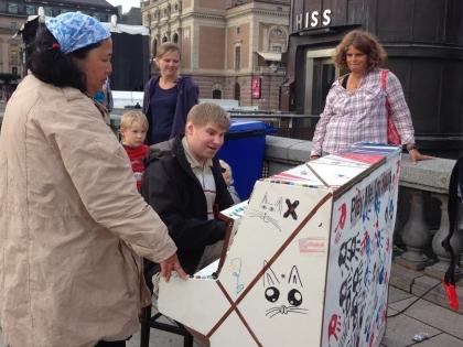 Расписные пианино можно встретить в самых неожиданных местах шведской столицы