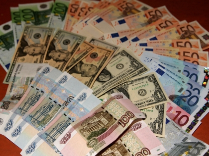К 10:55 мск курсы валют выросли до 54,06 рубля за доллар и 57,67 рубля за евро