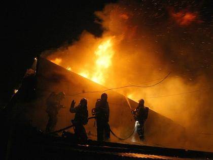 Спасатели в 02:45 начали эвакуацию жителей дома