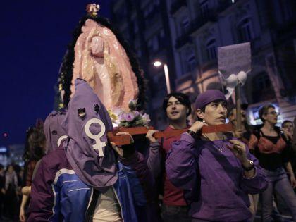 Феминистки вышли на демонстрацию в День труда с пластиковой фигурой женского полового органа