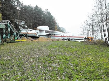 """После неудачной """"парковки"""" самолет президента латали прямо на берегу"""