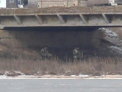 По информации ведомства, под опоры моста были заложены 42 ящика зелёного цвета, от которых тянулись провода к украинским блокпостам
