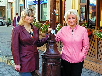 Дочь Вески Керли (слева на фото) занимается дипломатической работой