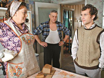 С экранной семьей из сериала «Восьмидесятые»