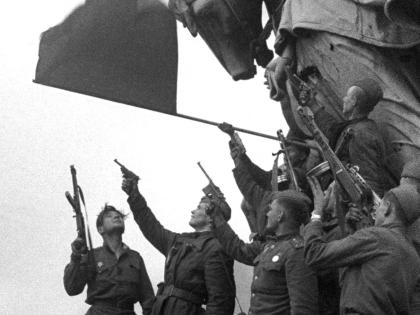 Солдаты празднуют победу