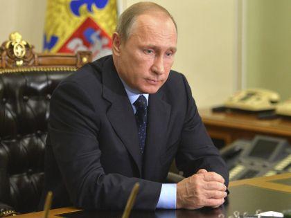 Владимир Путин слушает доклад о трагедии в Египте