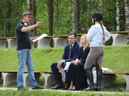 Глава семьи Олег занимается бизнесом, его супруга Анна ведет светский образ жизни, а еще воспитывает 15-летнюю дочь Варю