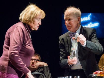 Елена Санаева и Альберт Филозов в спектакле «Подслушанное, подсмотренное, незаписанное»