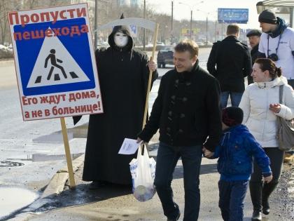Артём и его мама переходили дорогу, дождавшись зелёного сигнала светофора
