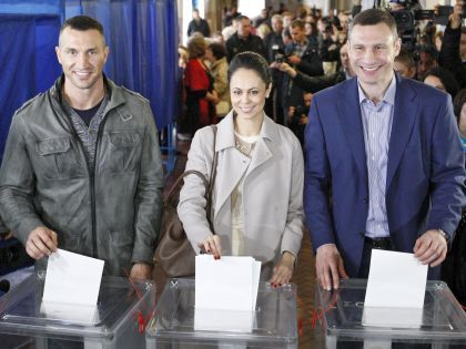 Владимир Кличко с супругой и Виталий Кличко на выборах 25 октября