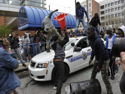 Жители города вышли на улицы после смерти в тюрьме афроамериканца