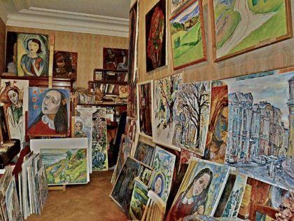 В доме художницы скопилось множество ее работ
