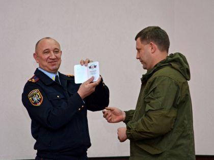 Александр Захарченко получает первый паспорт ДНР