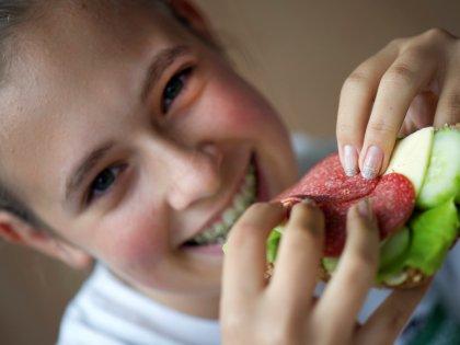 Смайлики на полезных продуктах питания делают их привлекательными для школьников