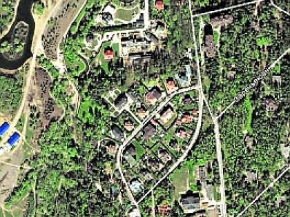 ...но из космоса можно разглядеть дом Абрамовича (указывает стрелка)