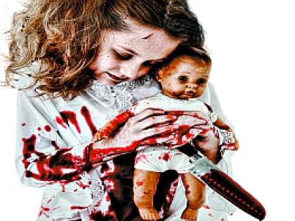 Девочка с куклой и ножом в крови
