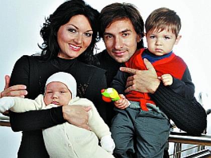 Юлия Такшина с детьми и бывшим супругом Григорием Антипенко