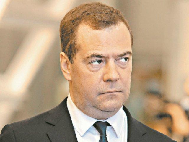 Первым номером в данном рейтинге является Дмитрий Медведев с уже бессмертным заявлением: «Денег нет, но вы держитесь, здоровья вам» (78 млн упоминаний в сети + 63 млн (песня Слепакова по мотивам сказанного премьером)). Слова, адресованные Дмитрием Медведевым крымским пенсионерам, стали абсолютным хитом года и главным мемом в интернете, а также прочно вошли в народный обиход и заняли заслуженное место на многочисленных сувенирах и майках. Кружки с этой фразой «на борту» сегодня вырываются в лидеры продаж шутливых но