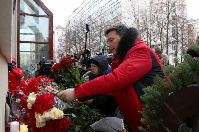 Цветы и свечи у ансамбля Александрова: ФОТОрепортаж