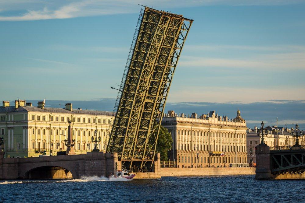 В Питере в День России не разведут мосты, метро будет работать всю ночь