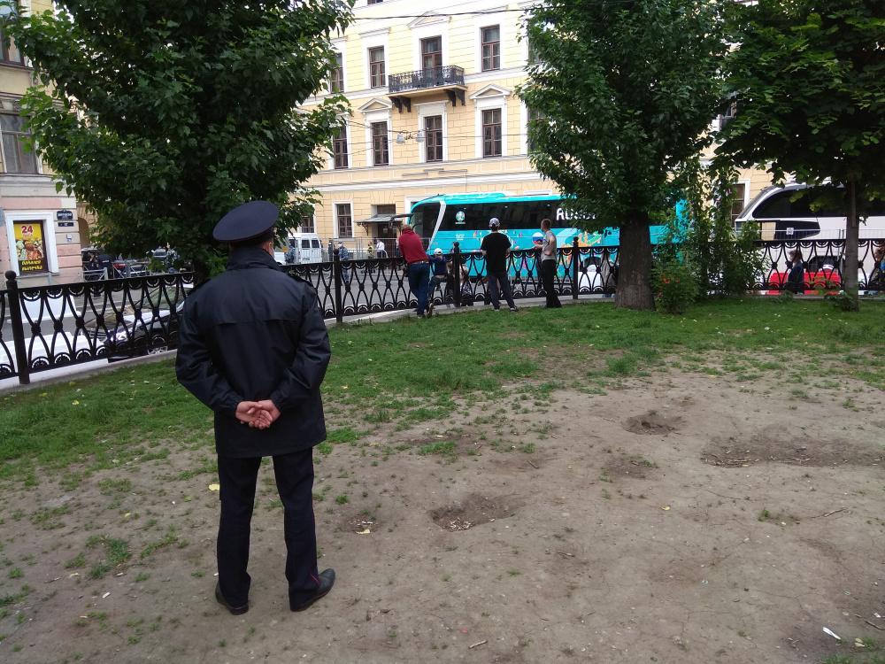 У отеля в Петербурге, где живёт сборная России, запретили езду на электросамокатах