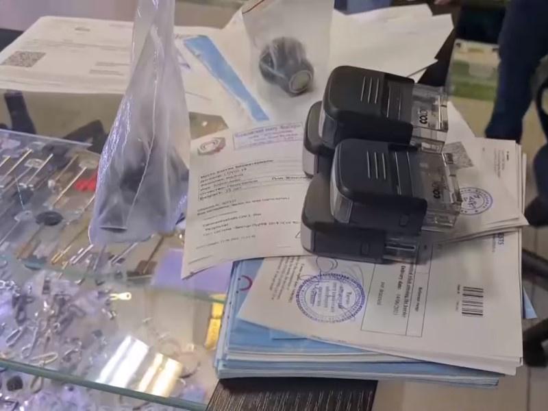 Еще двое москвичей попались на продаже поддельных сертификатов о вакцинации