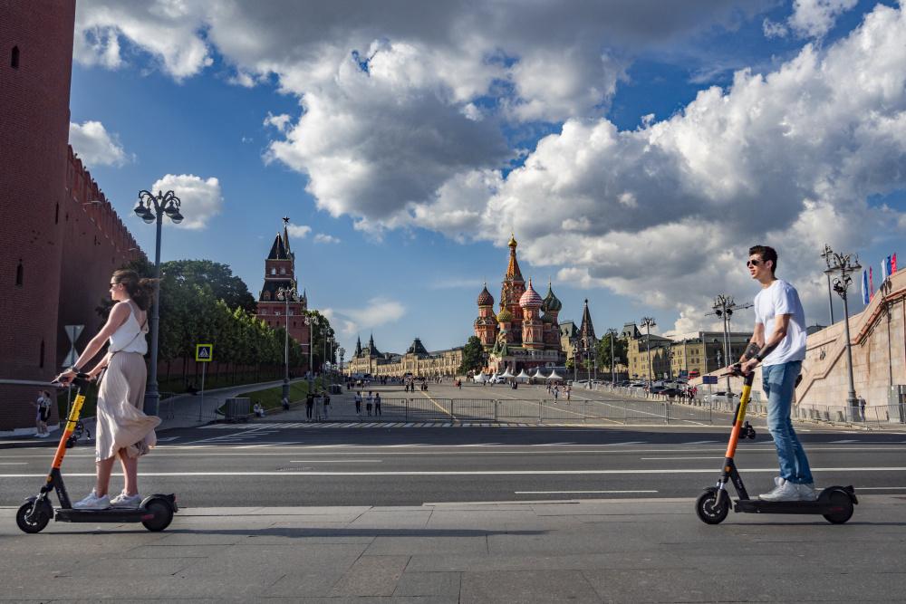 Что бы еще ограничить: российский сенатор предложил запретить электросамокаты