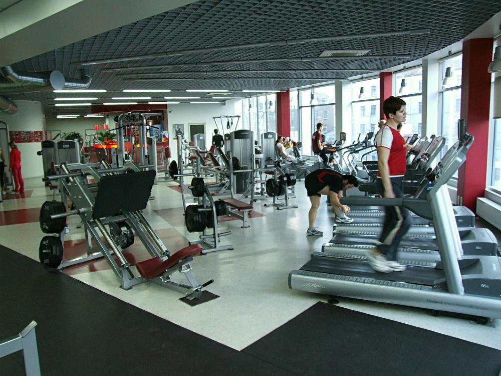 Россияне боятся ходить в спортклубы: продажи фитнес-центров упали на 11,6%