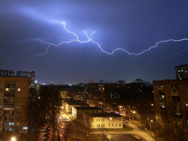 В Москве и Подмосковье ожидаются грозы. Порывы ветра будут достигать 17 м/с