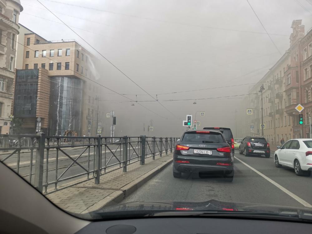 Видео: В Петербурге горит жилой дом в центре города, площадь пожара 1500 кв. метров