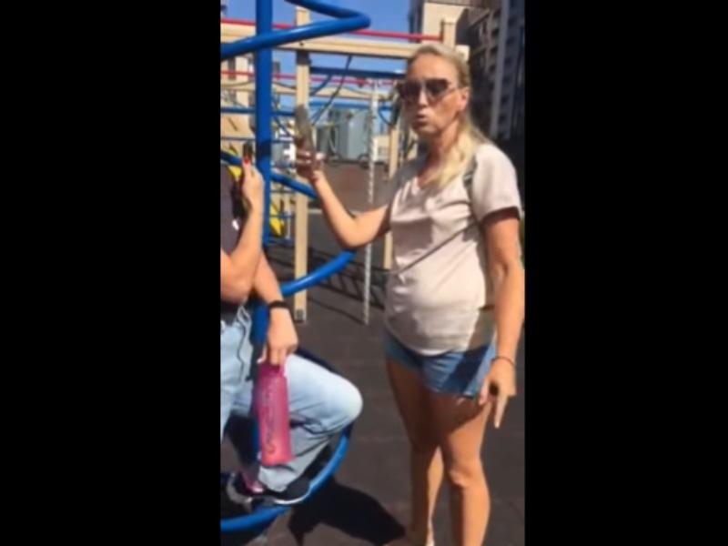 Народ, не надо молчать: женщина выгнала детей-инвалидов с площадки и вызвала ярость россиян