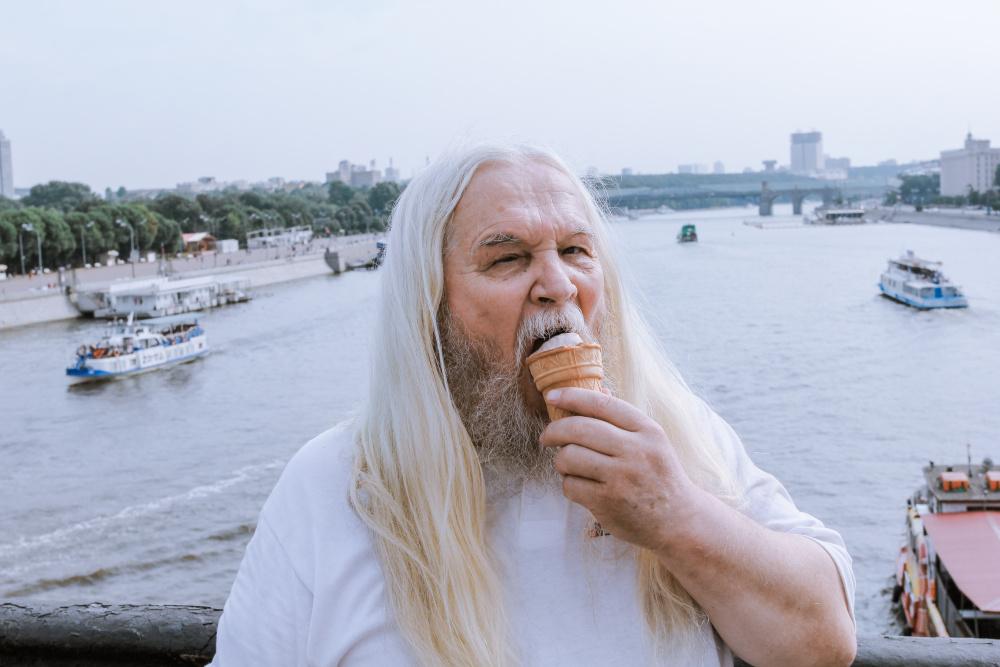 """Перед входом в парк корреспондент встретил известно """"волшебника"""" Ивана Кулебякина, который рассказал ему, что спас день ВДВ и разогнал тучи над Москвой."""