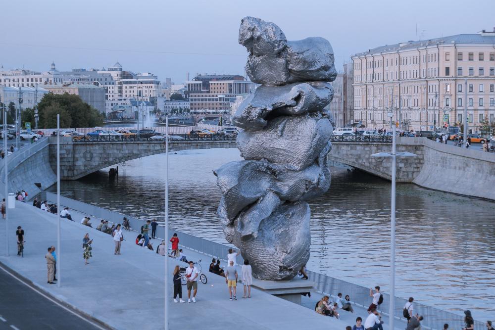 """Искусство как снег на голову"""": урбанисты объяснили недовольство москвичей скульптурой """"Большая глина 4"""" - Собеседник"""